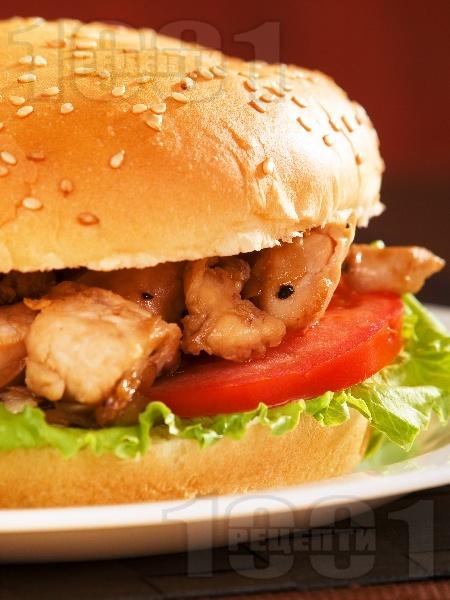 Сандвич с пържени пилешки бон филенца и лук - снимка на рецептата